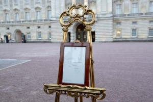 Le-chevalet-a-Buckingham-Royal-baby_bebe royal